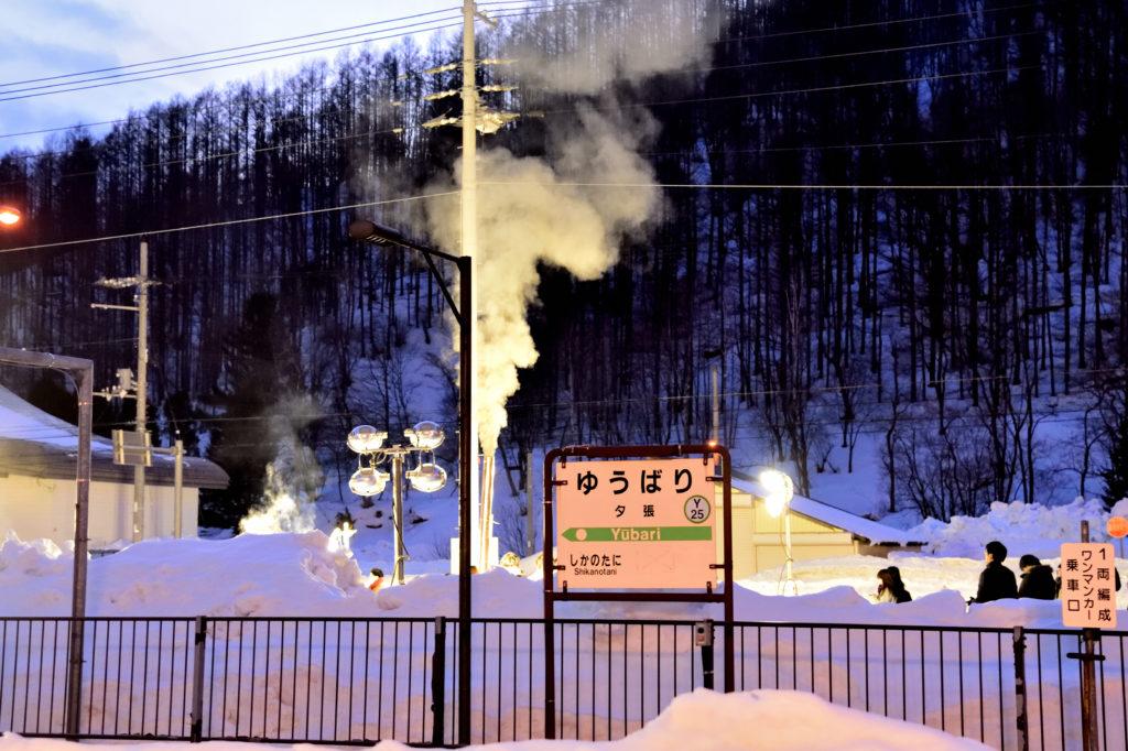 冬のゆうばりの駅のホーム