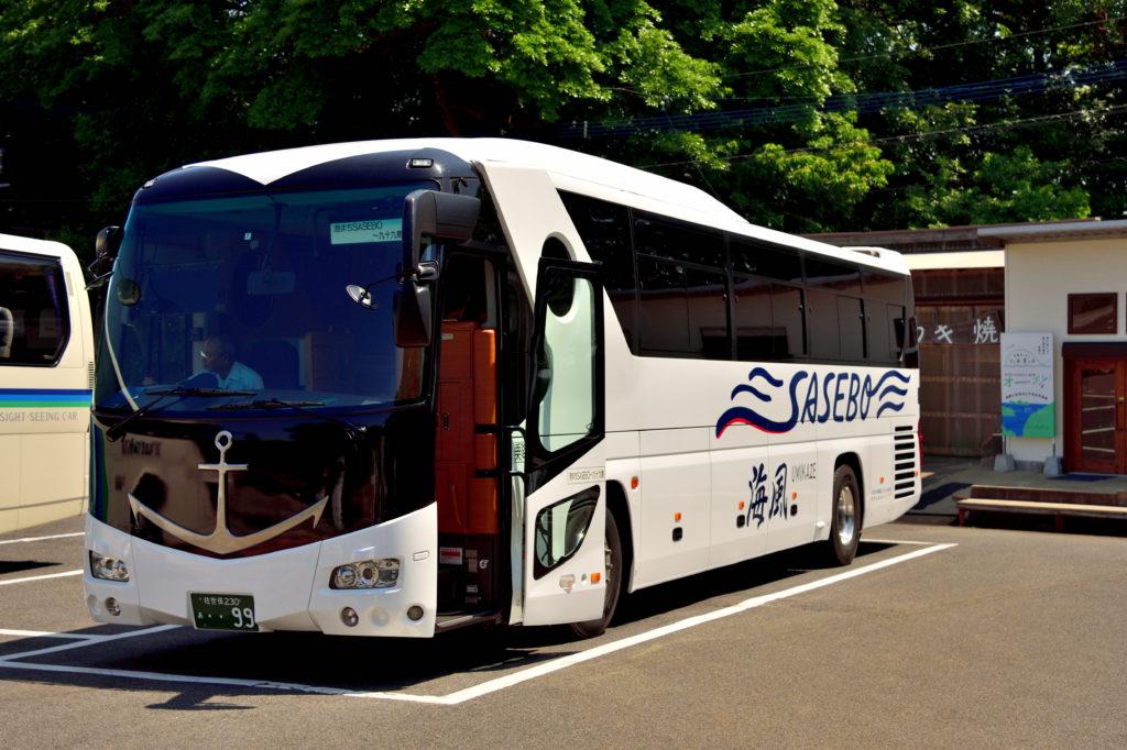 青を基調としたデザインのバス