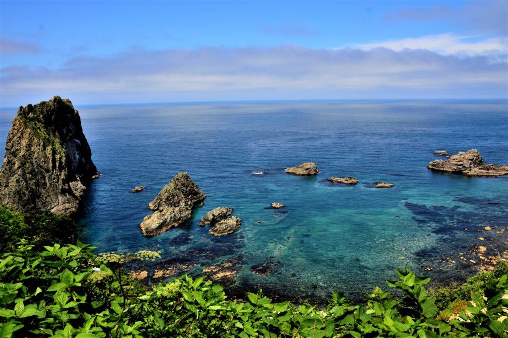 大岩と透明な海