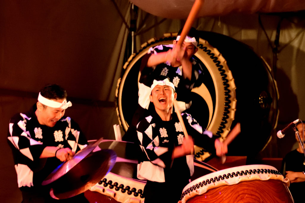 太鼓を叩く人とシンバルを鳴らす人