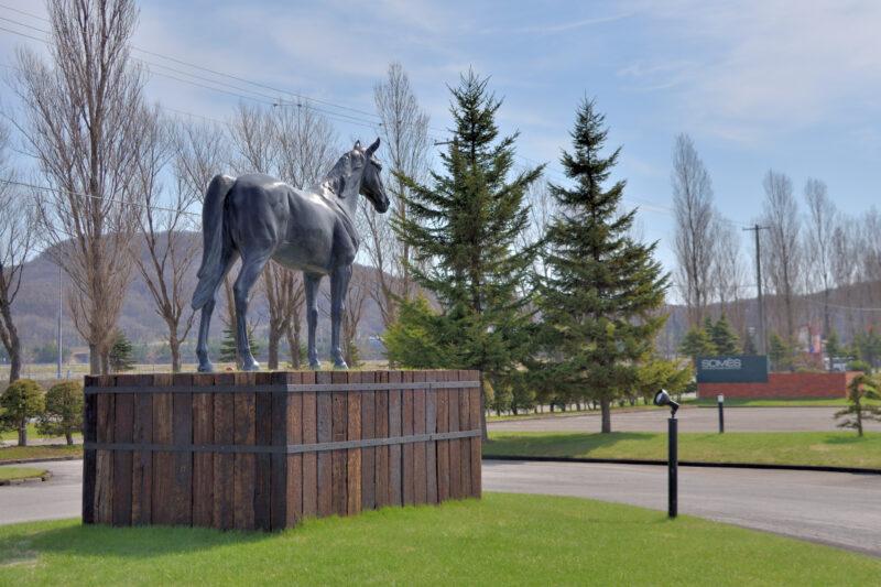 ソメスサドルの砂川フォクリーの馬の像