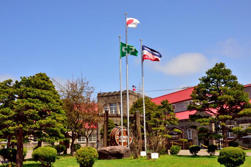 ニッカの旗と余市蒸留所の門