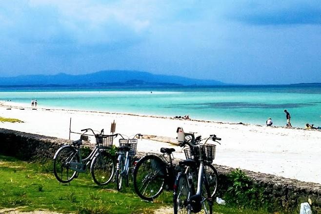 竹富島の自転車と海