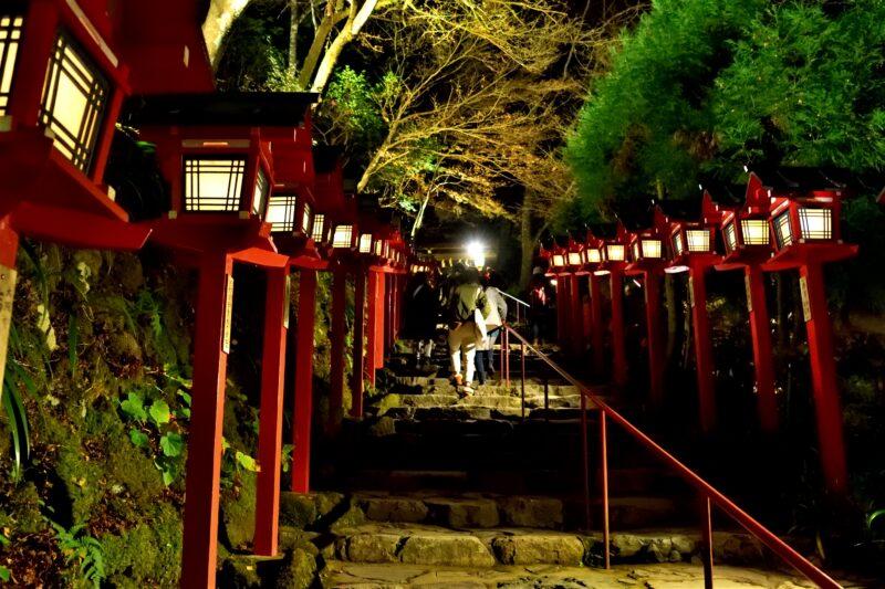 貴船神社の紅葉と石段と灯篭