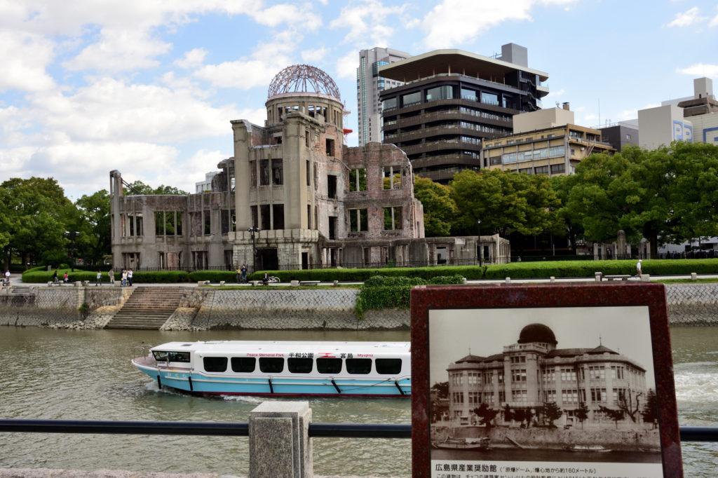 原爆ドーム前を通る世界遺産航路のフェリー