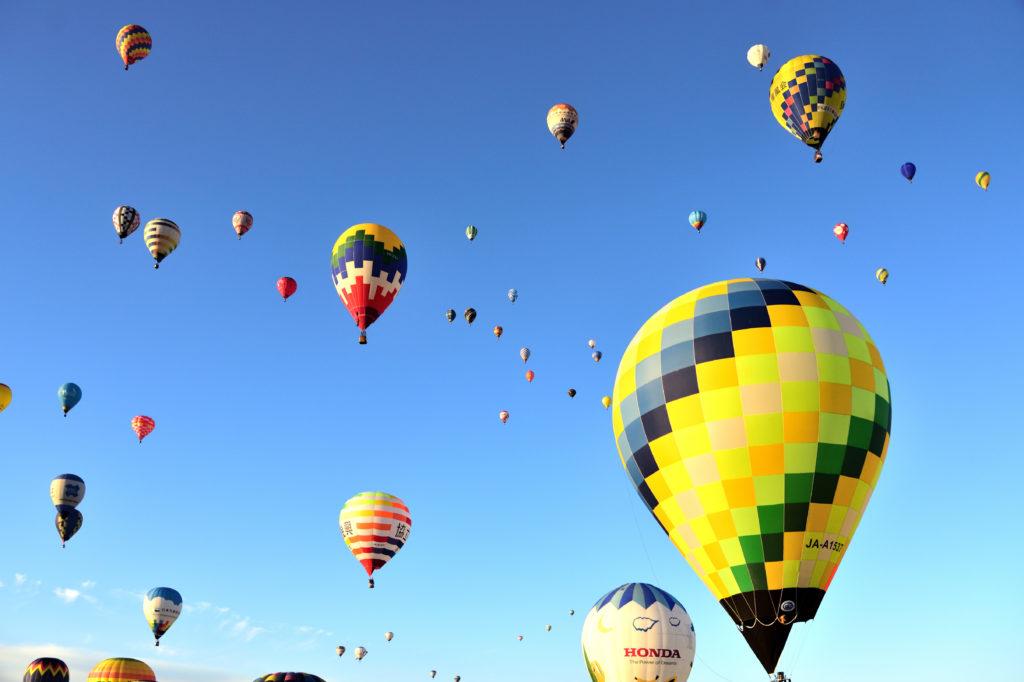 佐賀バルーンフェスタで空に舞い上がる気球