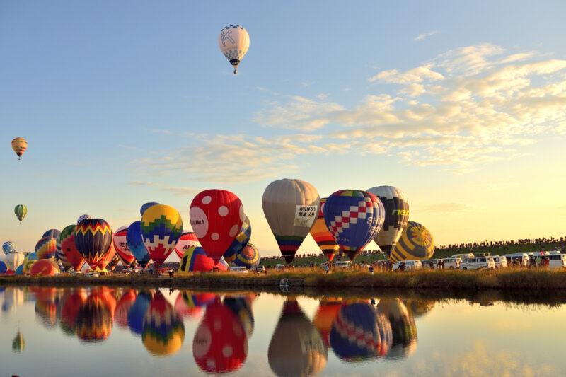 佐賀バルーンフェスタの早朝の一斉離陸する気球