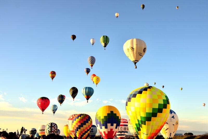 佐賀バルーンフェスタの多数の気球