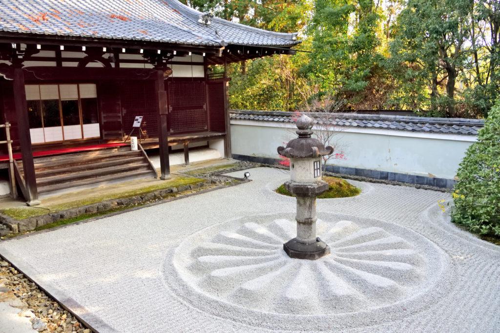 雲龍院の石灯篭の庭園