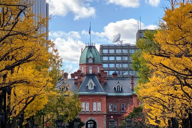 紅葉と赤レンガ庁舎