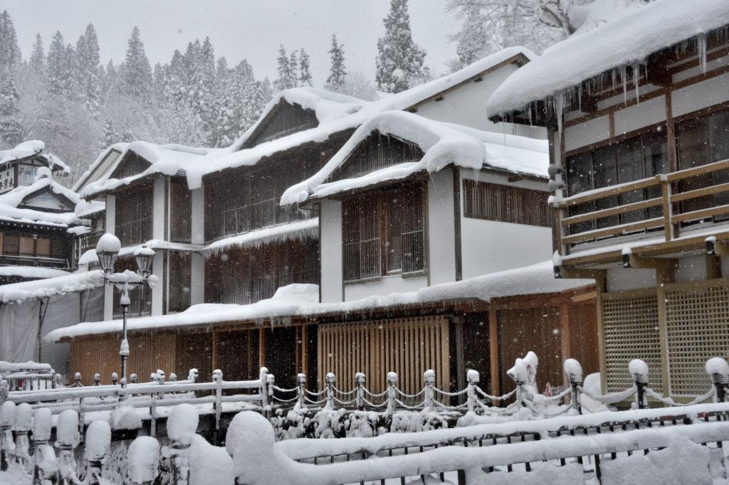 冬の銀山温泉の藤屋