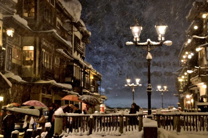 冬の銀山温泉の雪景色