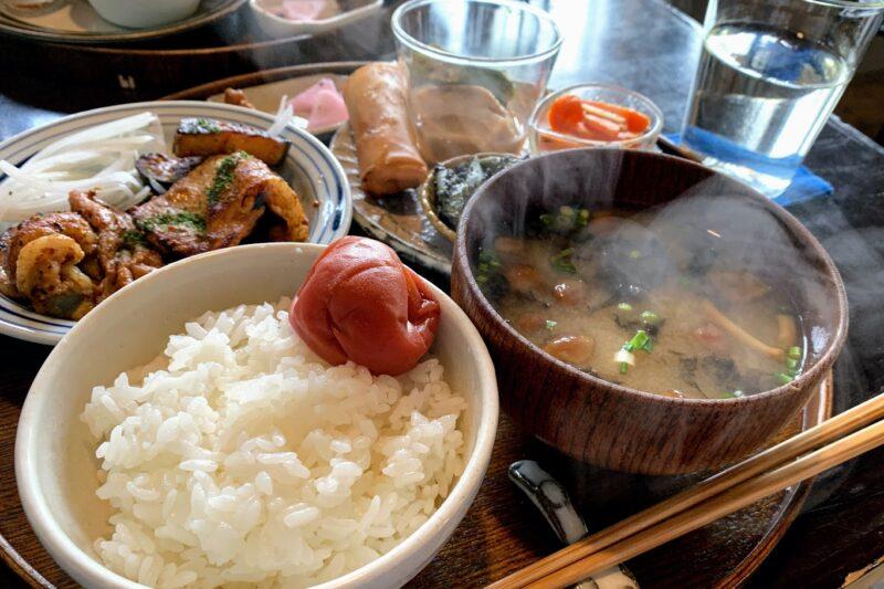 函館のシプルの定食