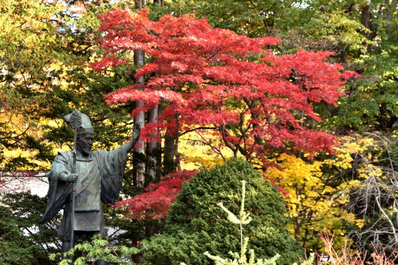 北海道神宮の島義勇の像と紅葉