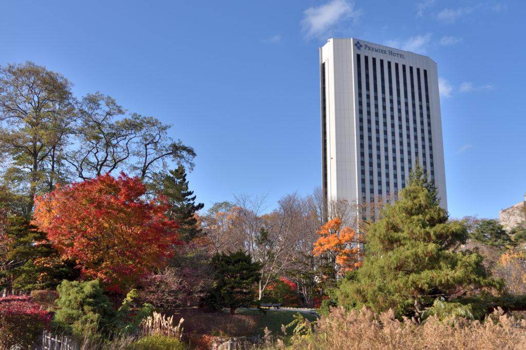 中島公園の紅葉と高層ホテル