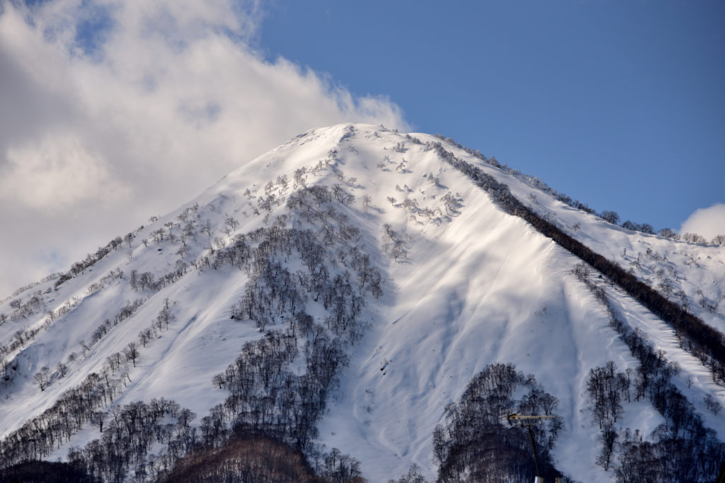 雪が積もる羊蹄山
