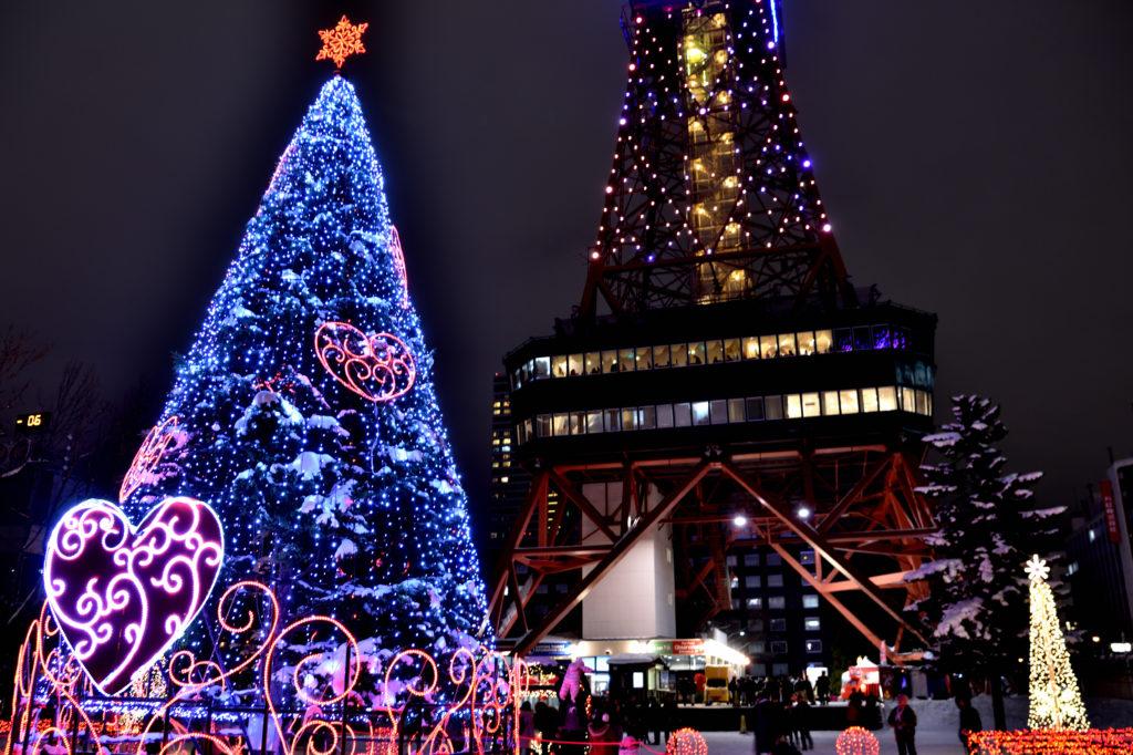 札幌ホワイトイルミネーションの大通1丁目のツリーとテレビ塔